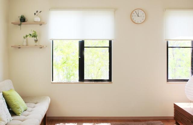 スッキリしたリビングの窓辺とソファ