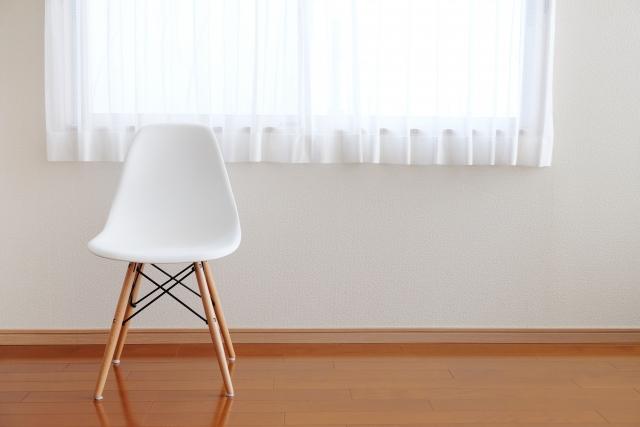 スッキリした部屋にある窓辺の椅子