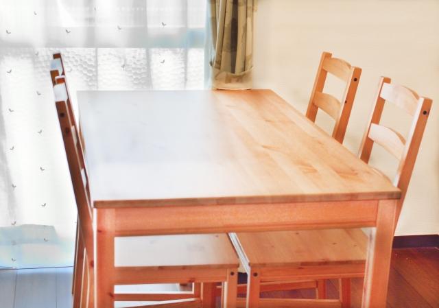 ダイニングテーブルとイス
