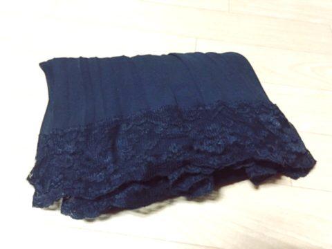 黒いフリルスカート